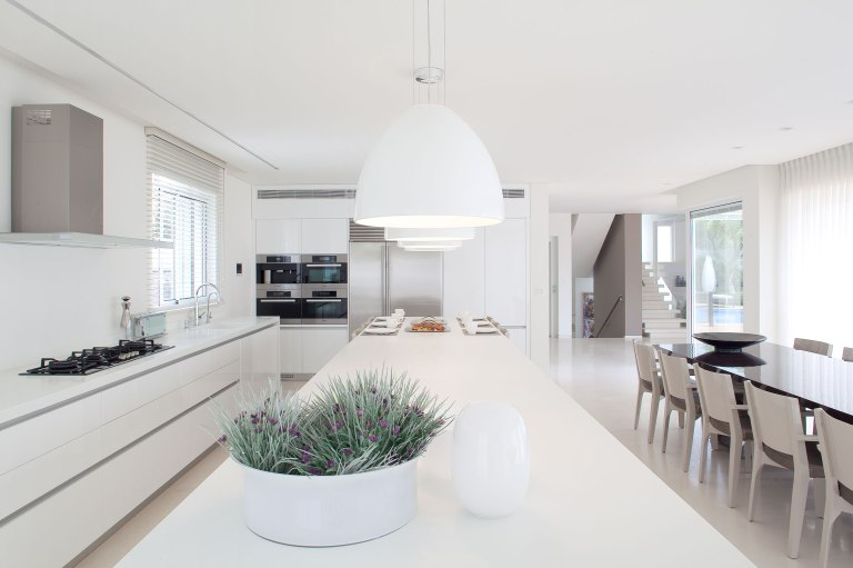 modern-white-nuance-inside-the-minimal-interior-design-kitchen-that-has-modern-hang-lamp-that-can-add-the-luxury-nuance-inside-the-interior-kitchen-design-ideas